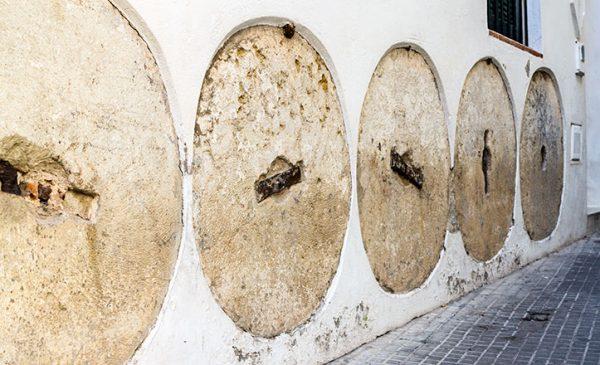 ruedas de molino, columnas romanas, columnas en las esquinas, ruedas en las fachadas, materiales reutilizables, materiales de acarreo